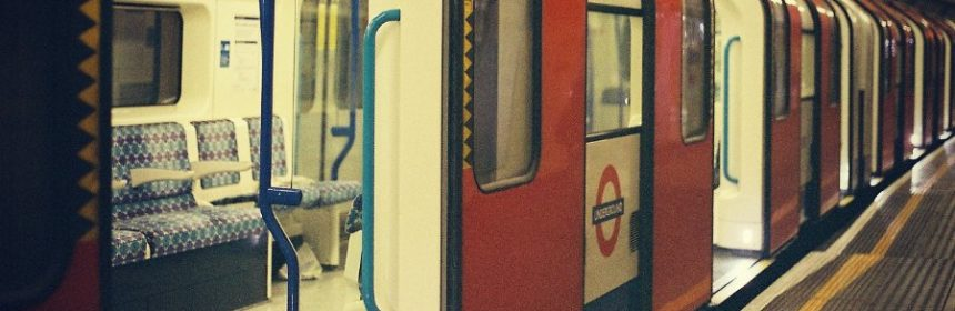 Was tut man, bevor man aus einem Zug aussteigt?