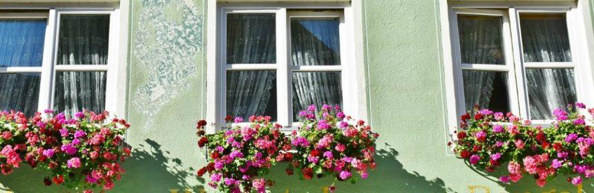 Dürfen Blumenkästen nach außen hängen?