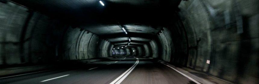 Was ist bei einer Tunneldurchfahrt besonders zu beachten?